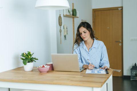 mujer ordenador casa