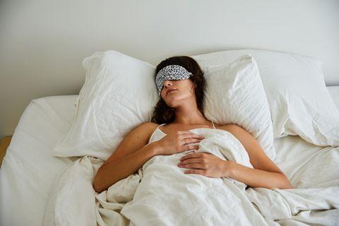 如何找出適合自己的睡姿?正確睡姿提升睡眠品質,專家建議這樣改善打呼、肩頸痠痛