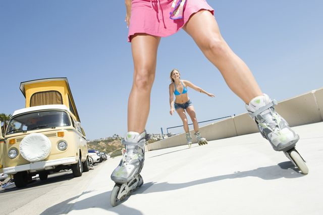 mujeres entrenando con patines en línea