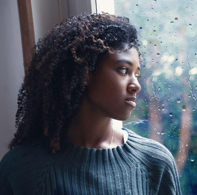 米国疾病対策予防センター cdc のデータによると、米国では今年、成人の不安やうつ病の症状が急増。また、国立精神衛生研究所(nimh)によると、日照率が下がり、日が短くなる秋から冬にかけて発症するという「季節性感情障害(冬季うつ病)」の増加が、専門家たちの間で懸念されている。