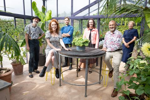 programme name your garden made perfect   tx na   episode your garden made perfect   generics no generics   picture shows strictly embargoed not for publication before 0001 hrs on tuesday 26th january 2021 joel bird, angela scanlon, tom, pip, manoj, helen   c remarkable tv   photographer gary moyes