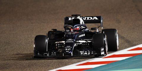 tsunoda al volante del at02 en bahréin
