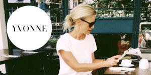 Yvonne van Heinst drinkt koffie op terras