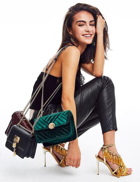 Imagen de chica con varios bolsos lista para salir de fiestacon prendas de Zalando