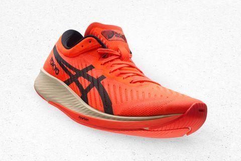 puntera redondeada y media suela arqueada, dos características de las zapatillas asics metaracer