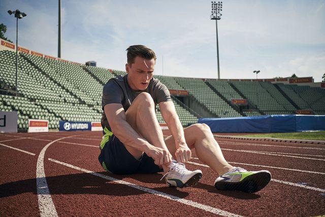 el atleta karsten warholm con las nuevas zapatillas de clavos con fibra de carbono de puma