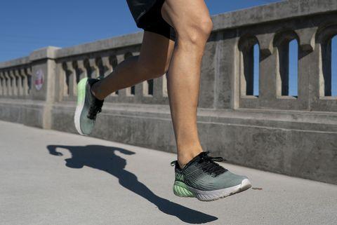 un atleta corriendo por el asfalto