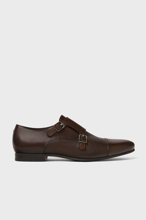 Zapato marrón con doble hebilla de Zara.