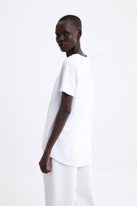 7abd99bcd Zara tiene sólo una camiseta básica blanca perfecta y la ha ...