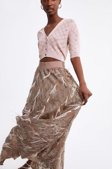 ff7531c6a8 Zara saca una falda de invitada de boda para ir como Rania de Jordania