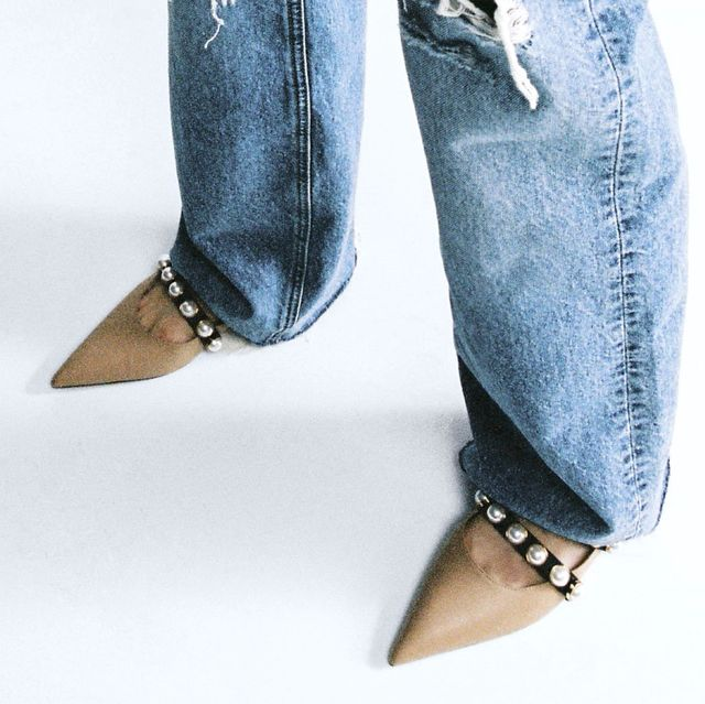 sandalia mule con tiras con perlas acabada en punta de zara