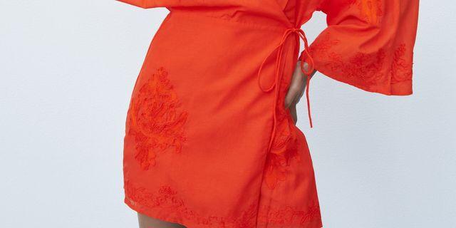 vestido de escote pico y manga por debajo del codo con detalles bordados a tono y cierre cruzado con lazo de zara