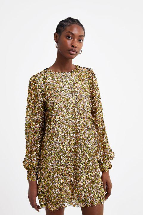 91d4a4589631 El vestido corto de fiesta de Zara que brillará en los looks de invitada
