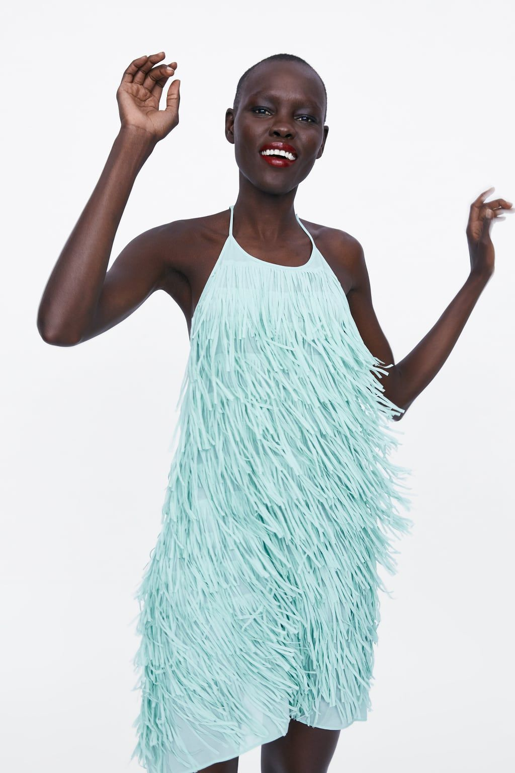 05669ac460 Este vestido corto de flecos de Zara es el último lanzamiento que  llevábamos tiempo pidiendo y que es una versión renovada del lookazo de  Marta Ortega