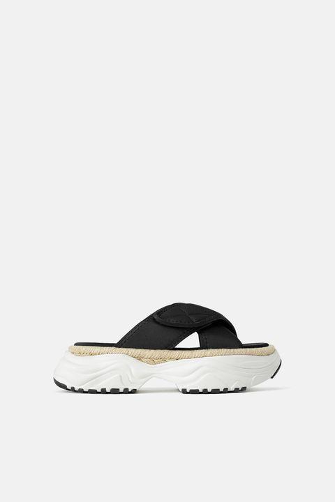 Sandalias deportivas de Zara.