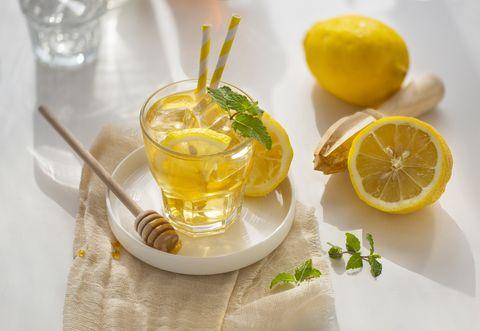 Zo maak je zelf sportdrank met suiker zout en citroen honing voor hardlopen en sporten