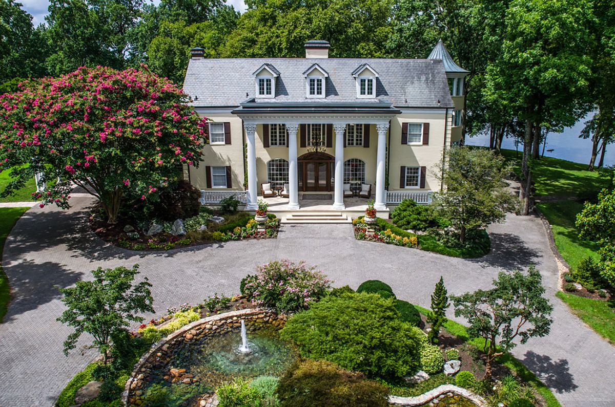 You Can Rent Reba McEntire's Former Lakeside Estate For $3,000 a Night
