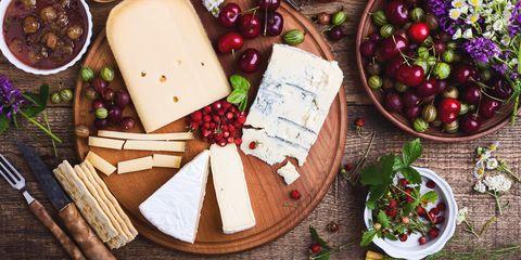 Zo lang kun je kaas bewaren buiten de koelkast