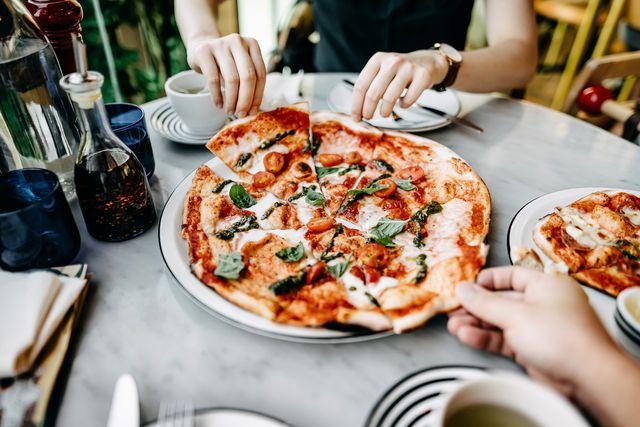 close up van kopper dat pizza eet in restaurant