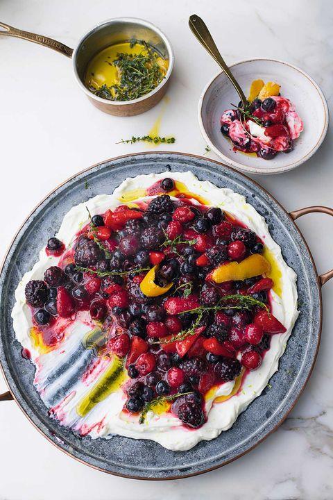 ottolenghi's zomerfruit met schapenlabne en sinaasappeleolie