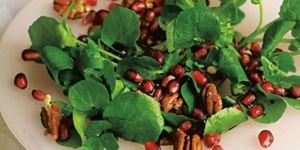Salade van waterkers met granaatappel en pecannoten