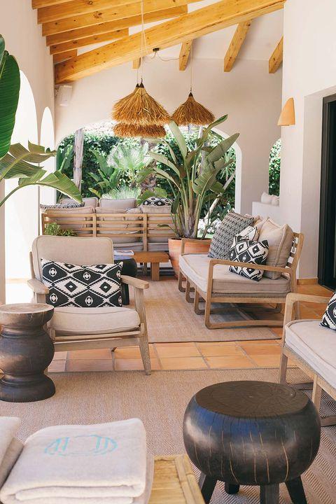 zona de estar del hotel con sofás de madera