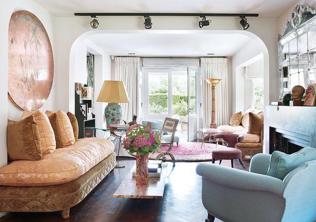 una casa de campo decorada con glamour y estilo midcentury