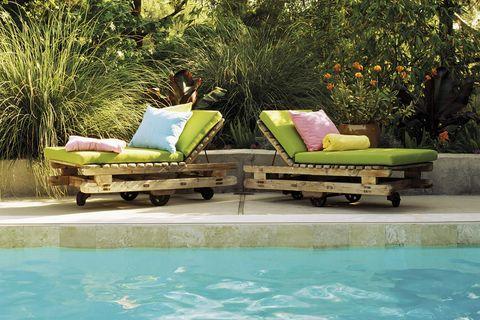 jardín piscina con tumbonas