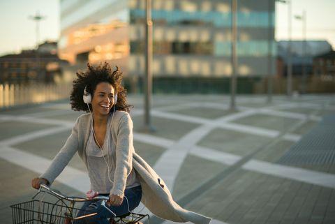 vrouw op haar fiets tegen de wind
