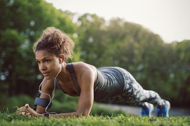 vrouw doet plank