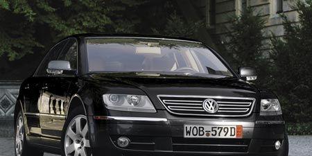 Motor vehicle, Mode of transport, Automotive design, Vehicle, Transport, Vehicle registration plate, Land vehicle, Automotive lighting, Automotive mirror, Headlamp,