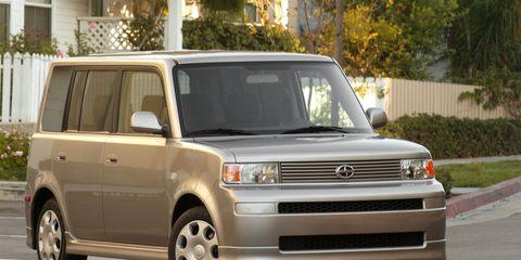 Tire, Wheel, Automotive design, Daytime, Vehicle, Automotive tire, Automotive exterior, Land vehicle, Automotive parking light, Glass,