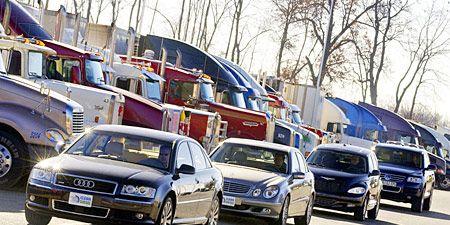 Tire, Motor vehicle, Wheel, Mode of transport, Vehicle, Land vehicle, Automotive design, Transport, Automotive parking light, Grille,