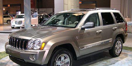 Tire, Wheel, Motor vehicle, Automotive tire, Vehicle, Land vehicle, Automotive design, Automotive exterior, Automotive lighting, Glass,
