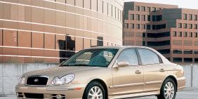 Tire, Wheel, Mode of transport, Vehicle, Transport, Window, Land vehicle, Property, Automotive parking light, Rim,