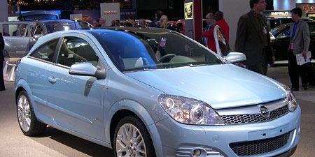 Motor vehicle, Wheel, Vehicle, Land vehicle, Automotive design, Automotive lighting, Car, Headlamp, Glass, Automotive tire,