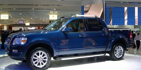 Tire, Motor vehicle, Wheel, Automotive tire, Vehicle, Automotive design, Land vehicle, Rim, Car, Automotive parking light,