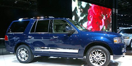 Tire, Wheel, Motor vehicle, Automotive tire, Vehicle, Land vehicle, Rim, Automotive design, Car, Glass,