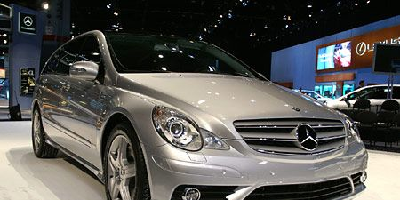 Wheel, Mode of transport, Automotive design, Vehicle, Land vehicle, Automotive lighting, Transport, Car, Headlamp, Grille,