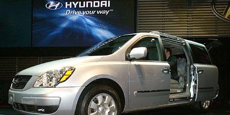 Motor vehicle, Tire, Mode of transport, Vehicle, Automotive tire, Transport, Automotive mirror, Glass, Land vehicle, Automotive lighting,