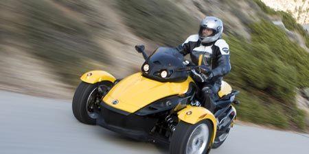 Automotive design, Mode of transport, Yellow, Automotive tire, Helmet, Fender, Automotive wheel system, Tread, Asphalt, Black,