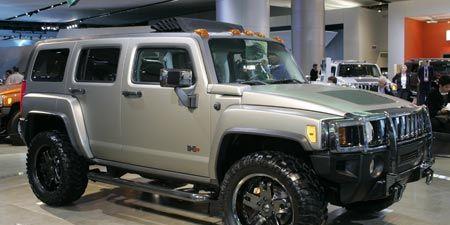 Tire, Wheel, Motor vehicle, Automotive tire, Automotive design, Automotive exterior, Vehicle, Hood, Land vehicle, Glass,