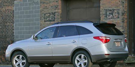 Tire, Wheel, Motor vehicle, Automotive tire, Vehicle, Land vehicle, Automotive mirror, Glass, Alloy wheel, Rim,