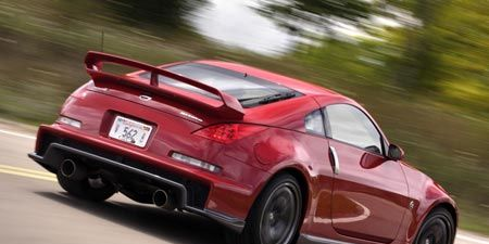 Tire, Wheel, Automotive design, Vehicle, Automotive tail & brake light, Trunk, Car, Alloy wheel, Rim, Red,
