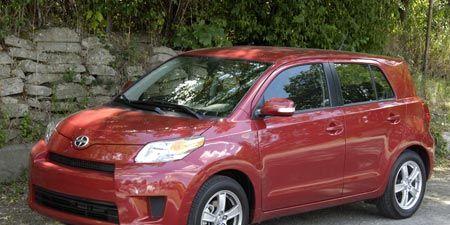 Tire, Motor vehicle, Wheel, Automotive design, Automotive mirror, Vehicle, Alloy wheel, Car, Rim, Red,