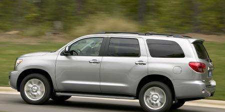 Tire, Wheel, Motor vehicle, Automotive tire, Vehicle, Window, Automotive mirror, Land vehicle, Road, Infrastructure,
