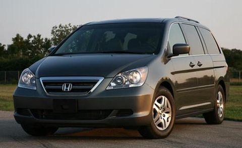 Motor vehicle, Tire, Mode of transport, Automotive mirror, Daytime, Glass, Vehicle, Transport, Automotive design, Land vehicle,