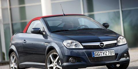 Tire, Motor vehicle, Wheel, Automotive design, Automotive mirror, Vehicle, Glass, Automotive tire, Land vehicle, Vehicle registration plate,
