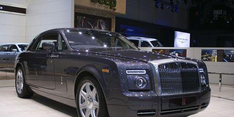 Tire, Wheel, Automotive design, Vehicle, Land vehicle, Automotive tire, Car, Rim, Rolls-royce, Automotive lighting,