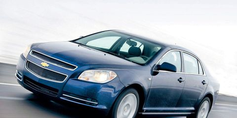 Tire, Motor vehicle, Wheel, Automotive design, Automotive mirror, Daytime, Vehicle, Land vehicle, Transport, Car,
